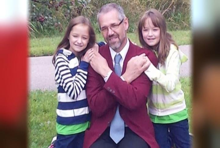 The twins with their donor, Ingo Gruda, from Germany