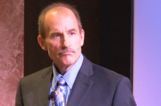 Pilot Jeff Skiles addresses Mayo Clinic workers about the importance of teamwork.