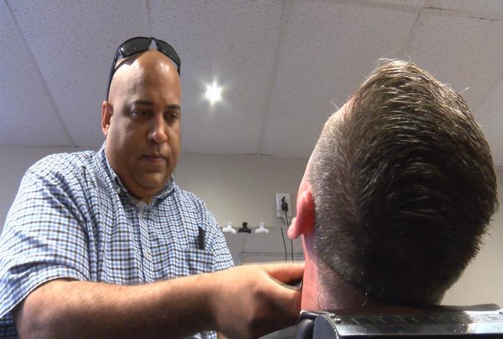Rochester Barbeiro Dá Cortes De Cabelo Gratuitos Para Doações Para Ajudar A Puert - KTTC Rochester, Austin, Mason City Notícias, Tempo E Esportes