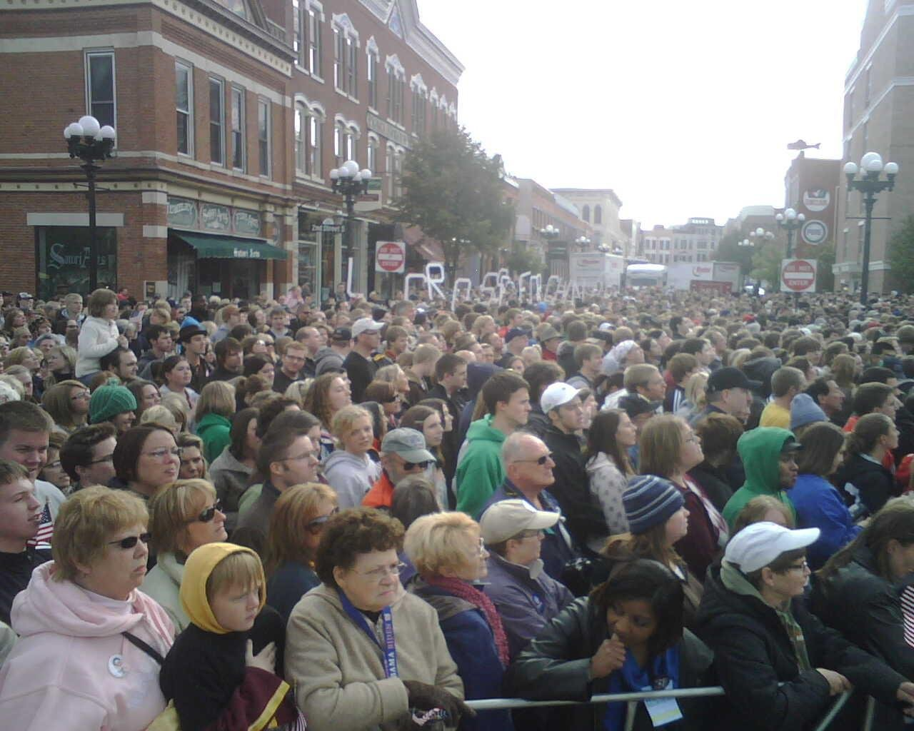 Crowd waits for Obama in La Crosse around 9 a.m.